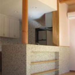 『クライミングウォールのある住宅』太陽と風と共に暮らす家 (モザイクタイルのオープンカウンター)