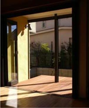『クライミングウォールのある住宅』太陽と風と共に暮らす家 (網戸の閉められるサンルーム)