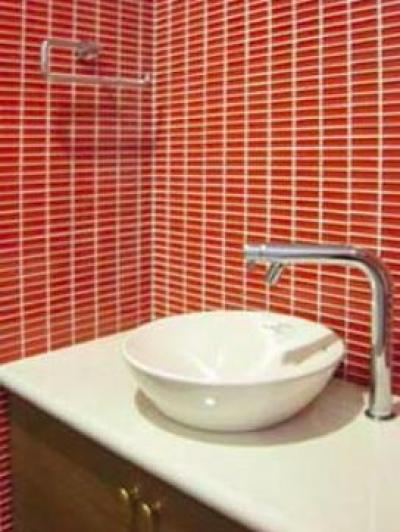 『クライミングウォールのある住宅』太陽と風と共に暮らす家 (ガラスモザイク壁の手洗いカウンター)