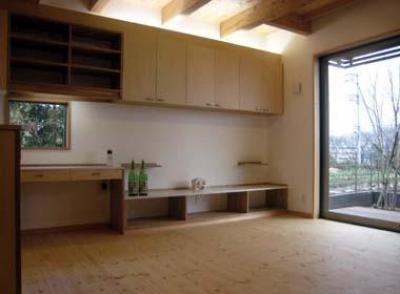 『谷保の家』木と漆喰の家 (柔らかな雰囲気のリビング)