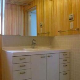 『谷保の家』木と漆喰の家 (ヒノキ張りの壁と洗面台)