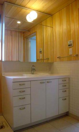 『谷保の家』木と漆喰の家の部屋 ヒノキ張りの壁と洗面台