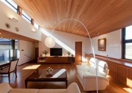 『OK-house』アメリカンブラックチェリーの家 (勾配天井の明るいリビング)