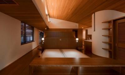 赤い木目の落ち着くベッドルーム|『OK-house』アメリカンブラックチェリーの家