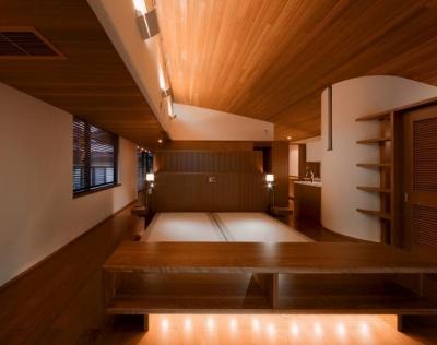 赤い木目の落ち着くベッドルーム (『OK-house』アメリカンブラックチェリーの家)