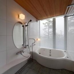 『OK-house』アメリカンブラックチェリーの家 (ガラス張り窓の開放的な浴室)