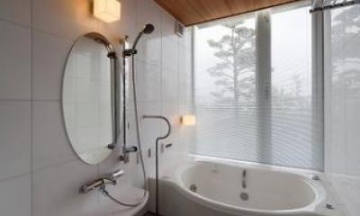 ガラス張り窓の開放的な浴室|『OK-house』アメリカンブラックチェリーの家