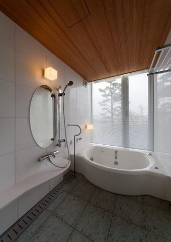 『OK-house』アメリカンブラックチェリーの家の部屋 ガラス張り窓の開放的な浴室