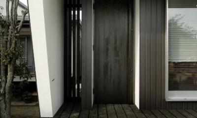 黒いドアの住宅玄関|『TN-house』チョコレートケーキの家