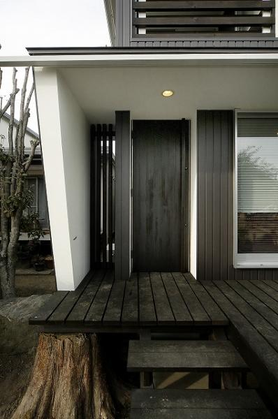 『TN-house』チョコレートケーキの家の写真 黒いドアの住宅玄関