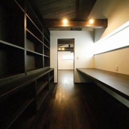 『TN-house』チョコレートケーキの家 (壁一面書棚の落ち着く書斎)