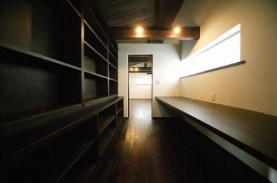 壁一面書棚の落ち着く書斎 (『TN-house』チョコレートケーキの家)