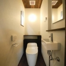 『TN-house』チョコレートケーキの家の写真 落ち着くトイレ空間