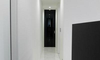 モノトーンの廊下|『Timelessly』モノトーンの大人な住まい