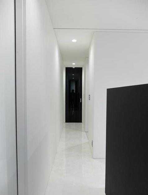 『Timelessly』モノトーンの大人な住まいの部屋 モノトーンの廊下