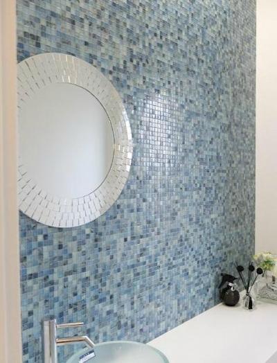 トイレのモザイクタイル壁 (『Timelessly』モノトーンの大人な住まい)