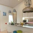 『Circle』照明が空間を作り出す住まいの写真 タイル張りのアイランドキッチン