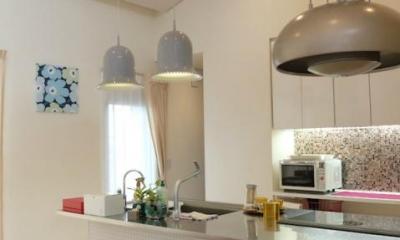タイル張りのアイランドキッチン|『Circle』照明が空間を作り出す住まい