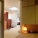 『Circle』照明が空間を作り出す住まいの写真 玄関ホールからつながる和室
