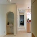『Circle』照明が空間を作り出す住まいの写真 手洗いスペース・廊下