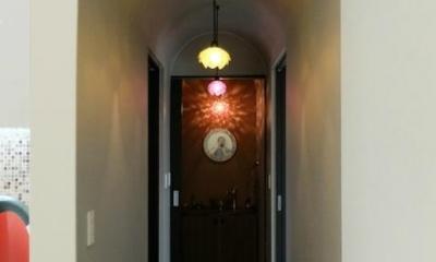 キッチンよりつながる廊下|『Circle』照明が空間を作り出す住まい
