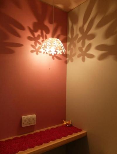 ペンダントライトの幻想的な影-2 (『Circle』照明が空間を作り出す住まい)