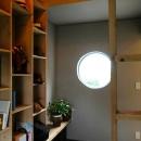 『Circle』照明が空間を作り出す住まいの写真 丸窓のある落ち着く書斎