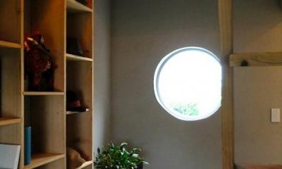 丸窓のある落ち着く書斎|『Circle』照明が空間を作り出す住まい