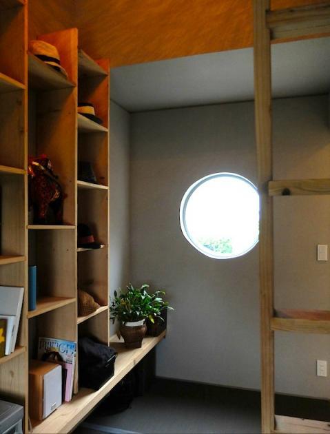 書斎事例:丸窓のある落ち着く書斎(『Circle』照明が空間を作り出す住まい)