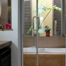 『Circle』照明が空間を作り出す住まいの写真 ガラス張り窓の開放的な浴室