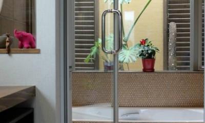 『Circle』照明が空間を作り出す住まい (ガラス張り窓の開放的な浴室)