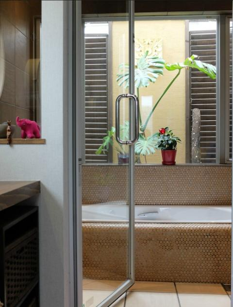 『Circle』照明が空間を作り出す住まいの部屋 ガラス張り窓の開放的な浴室