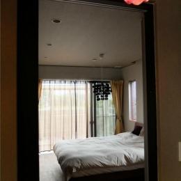 『Circle』照明が空間を作り出す住まい (柔らかな日差しの入るベッドルーム)