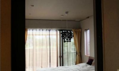 柔らかな日差しの入るベッドルーム|『Circle』照明が空間を作り出す住まい
