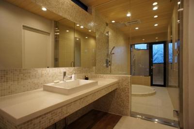 浴室 (~山に抱かれた暮らしを楽しむ『自然の潤いと共に暮らす家』)