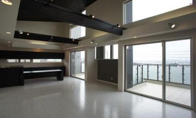 ~開放感あふれる暮らしを楽しむ『回遊する眺望リビングの家』 (リビング)