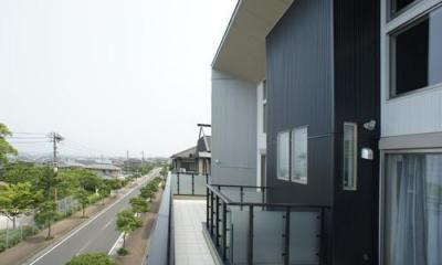 ~開放感あふれる暮らしを楽しむ『回遊する眺望リビングの家』 (バルコニー)