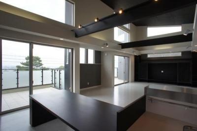 ~開放感あふれる暮らしを楽しむ『回遊する眺望リビングの家』 (キッチン)