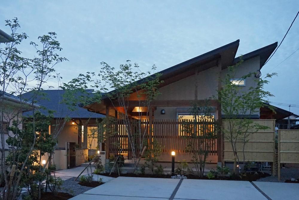 ~深い軒の外部空間を楽しむ『大屋根の美しい家』 (外観)