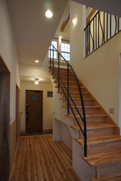~家族の触れ合いを楽しむ『庭と大らかに繋がる2階リビングの家』 (階段)