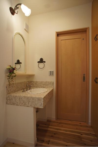 ~家族の触れ合いを楽しむ『庭と大らかに繋がる2階リビングの家』 (手洗い)