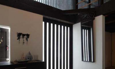 『厚木の家』個性あふれるアットホームな住まい (格子戸の和風玄関ホール)