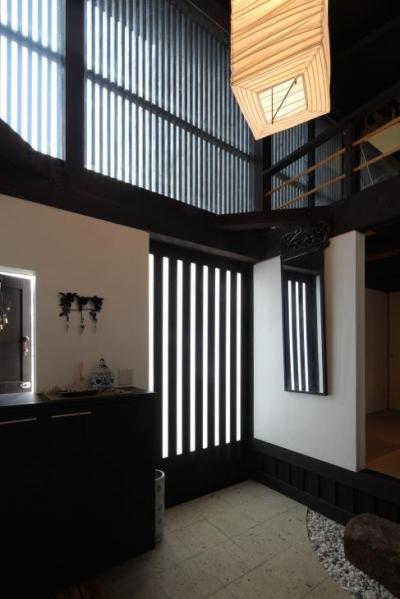 格子戸の和風玄関ホール (『厚木の家』個性あふれるアットホームな住まい)