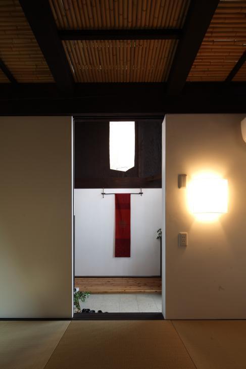 『厚木の家』個性あふれるアットホームな住まいの部屋 土間脇の座敷より玄関を見る