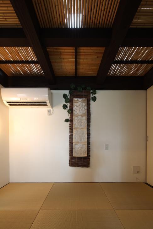 『厚木の家』個性あふれるアットホームな住まい (竹天井の座敷)