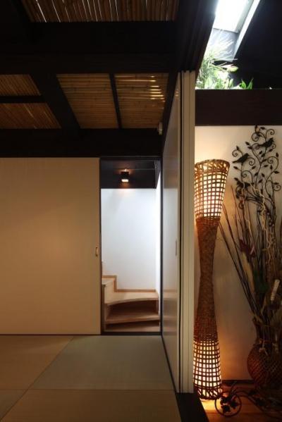 『厚木の家』個性あふれるアットホームな住まい (隠し階段のある座敷)