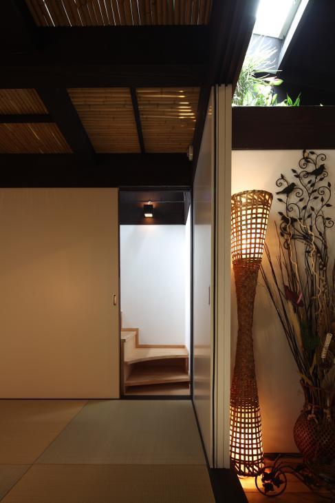 『厚木の家』個性あふれるアットホームな住まいの部屋 隠し階段のある座敷