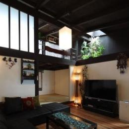 『厚木の家』個性あふれるアットホームな住まい (格子窓・天窓のあるリビング)