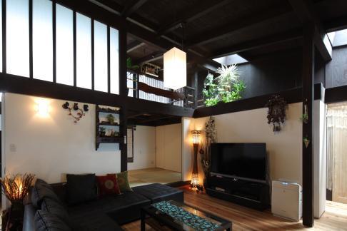 『厚木の家』個性あふれるアットホームな住まいの部屋 格子窓・天窓のあるリビング