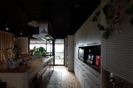 『厚木の家』個性あふれるアットホームな住まい (ベランダより光の入るキッチン)